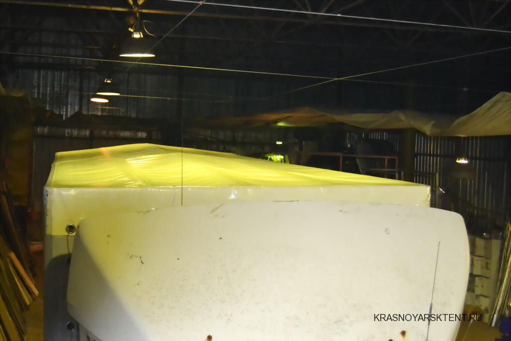 Белая крыша тента грузовика МАЗ